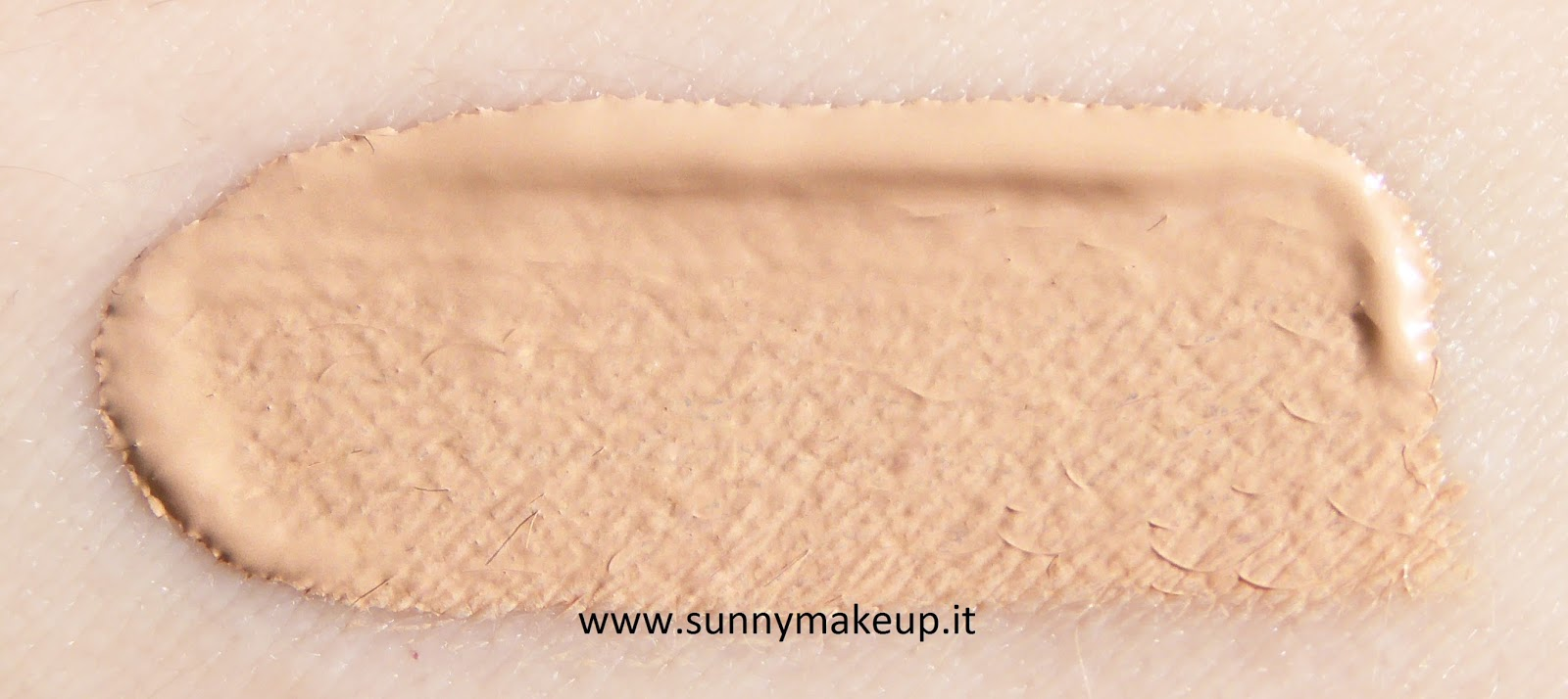 swatch Clinique - Beyond Perfecting. Fondotinta e correttore nella colorazione 06 Ivory.