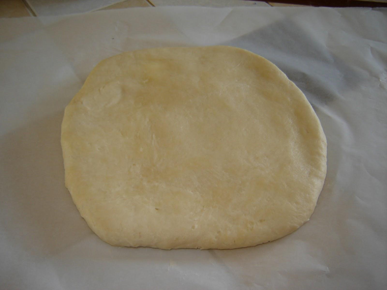 Fraisez* la pâte la pâte 2 fois puis formez un carré de pâte d ...