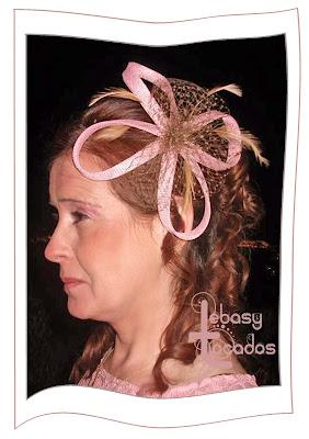 Tocado realizado en sinamay en tonos rosa y oro envejecido por Lebasy Tocados.