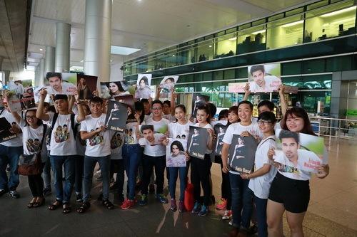 Hàng trăm fan đã có mặt ở sân bay Tân Sơn Nhất từ sớm để gặp gỡ người chồng nhí và bà mẹ chồng của Anandi với nhiều hình ảnh liên quan đến bộ phim và nhân vật chính.