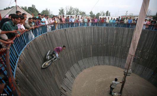 http://4.bp.blogspot.com/-hrbQDQhTYws/TkujodSpL1I/AAAAAAAAHTE/58c3vqY3jy4/s1600/wallof_death_india_01.jpg