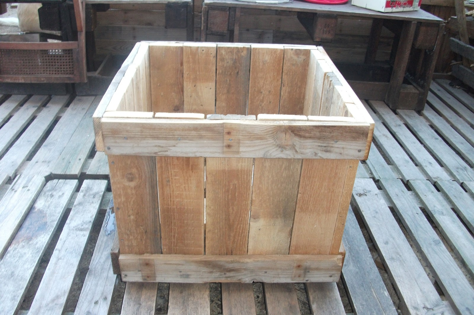 Renovarte con palets para el jardin y huerto - Jardineras con palets de madera ...