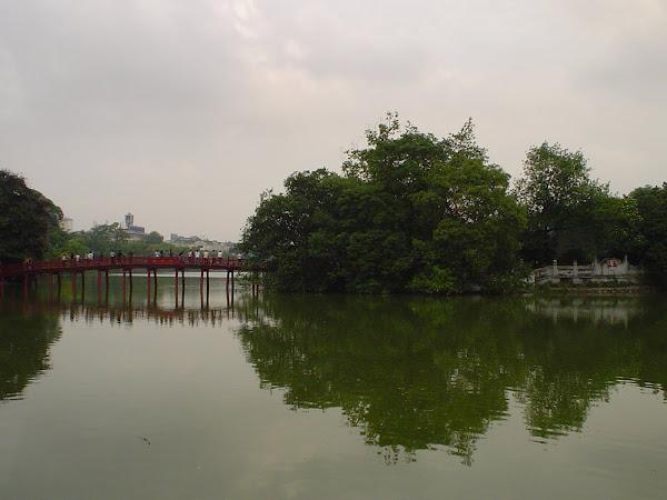 Puente rojo sobre el lago Hoan Kiem de Hanoi