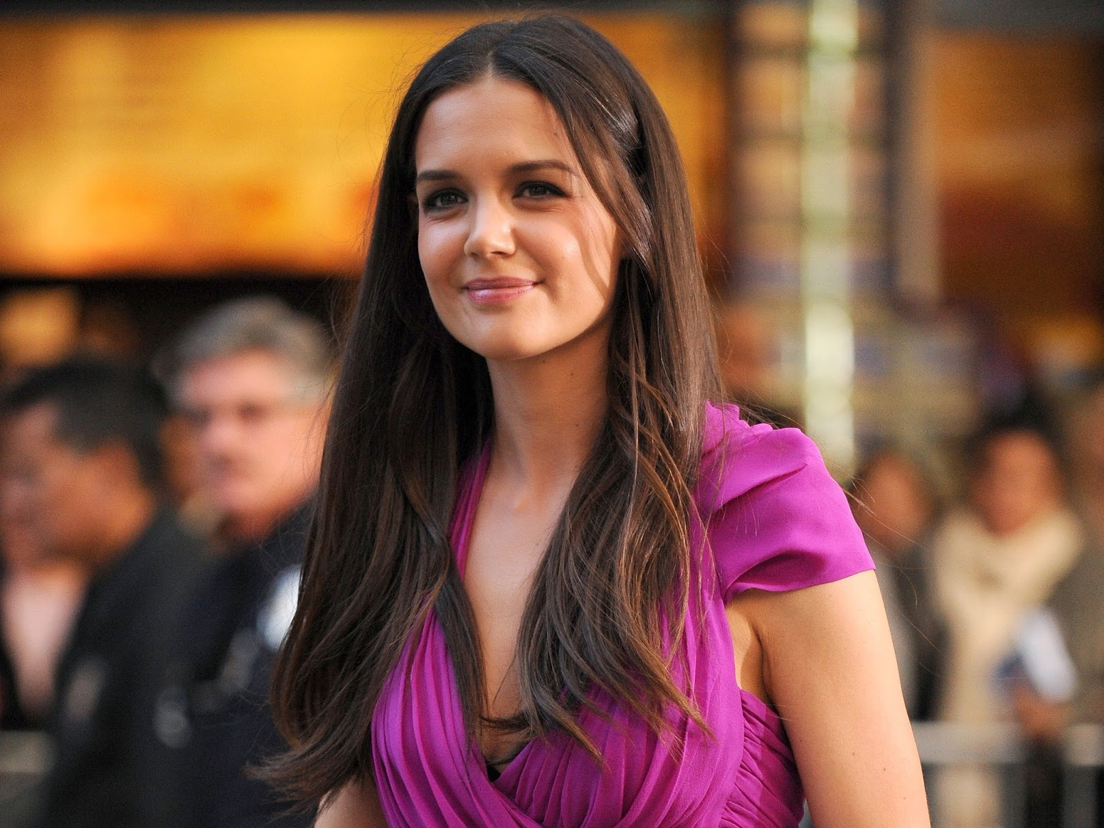 Katie Holmes American Hollywood Actress in Pink Scurt HD Wallpaper