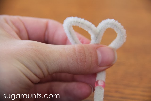 How to make an Easter Bunny using a pipe cleaner