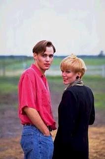 una pareja de jovenes que miran por detrás