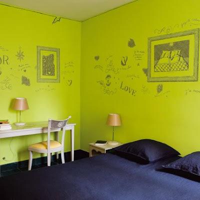 Habitación Verde con dibujos en las Paredes
