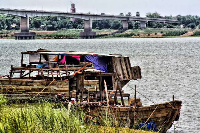 Il fait partie des principales attractions de l'agglomération de Kompong Cham. Le pont est situé sur le bras nord du Mékong et construit selon la technique dite des tréteaux. Un pont à tréteaux aussi appelé pont sur chevalets est un type de petit viaduc dans lequel une série de supports en trapèze, les tréteaux, sont construits à égale distance, généralement en bois, pour supporter le tablier sur lequel passe la voie de circulation. Le pont de bambou de Kompong Cham relie la ville à l'ile de Koh Pen. Auaparavant un endroit un peu hors du temps et seulement fréquenté par ses habitants, Koh Pen propose à présent quelques petites structures destinées à accueillir les touristes, cahutes au bord de plage et hébergement (hamac...).