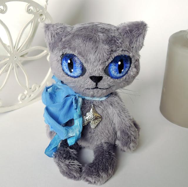 серый кот с синими глазами
