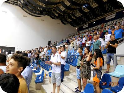 Spectatorii bucurosi aplauda victoria fetelor de la SCM Craiova