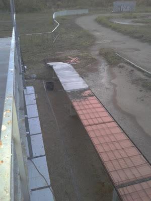 Posant formigó per sobre del carril