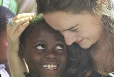 Δείτε την Κρητικιά «νεράιδα» των παιδιών της Αφρικής που έχει προκαλέσει Πανελλήνια συγκίνηση...