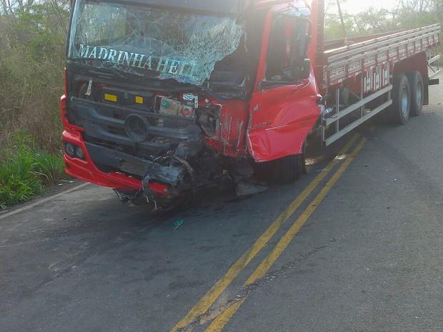 Caminhão envolvido na batida com um carro na BA-142, na Bahia (Foto: Kléber Medrado/ Blog do Anderson)