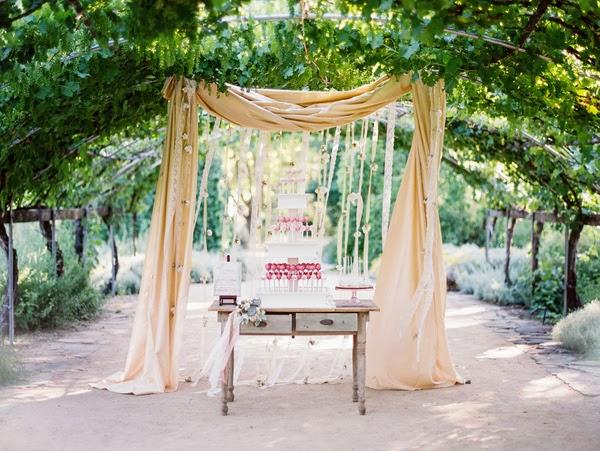una celebración de boda bajo una pérgola natural