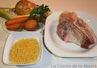 Sopa de gallina y verduras casera.
