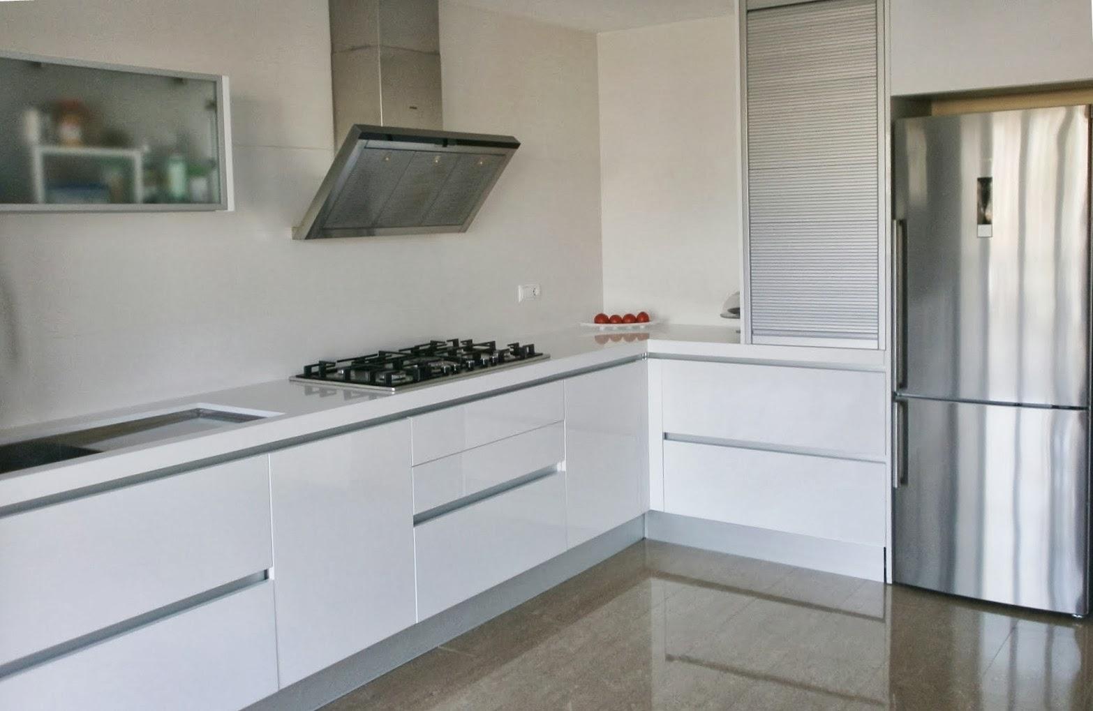 El blanco en la cocina una apuesta segura cocinas con - Cocinas blancas y gris ...