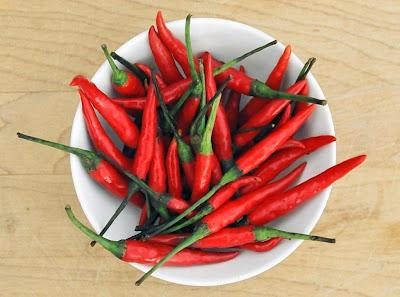 Pimenta, é um alimento termogênico, por isso aumenta o gasto calórico, fazendo emagrecer...