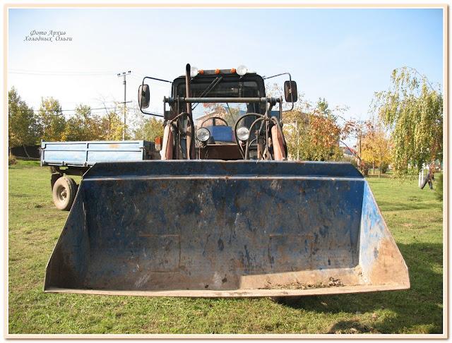 трактор-щелкунчик с логотипом
