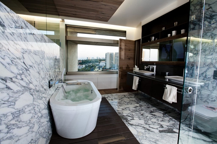 Bathroom with marble wall in Modern apartment by Craft Arquitectos