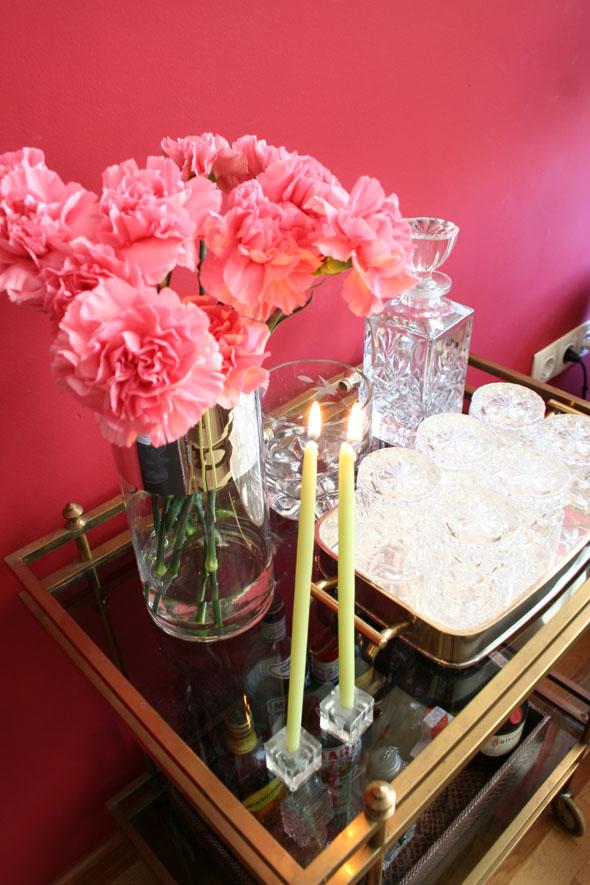 camarera latón vintage y claveles rosa