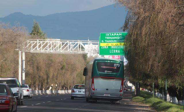 Autos y camiones en avenida