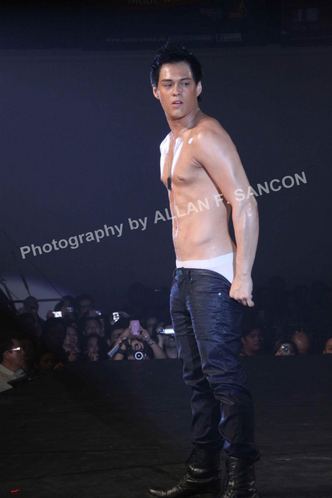 Jake Cuenca ramped wearing only brief: Enrique Gil shows his butt