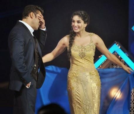 Salman Teaches to Sunny Leone How to Wear a Saree