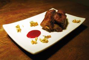 Costoline di maiale speziate al gelsomino con salsa di melagrana