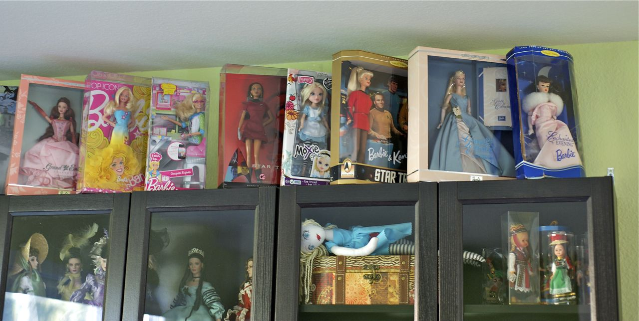 Ordinaire Dolls Up To The Ceiling On My Doll Display Cabinet. Eeek!