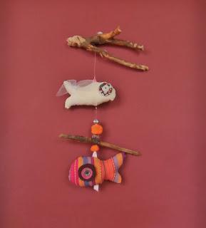 création d'un mobile poissons pour éveiller les sens des enfants tissu orange marron blanc imprimé bois flotté et perles tout l'univers créatif de mimi vermicelle