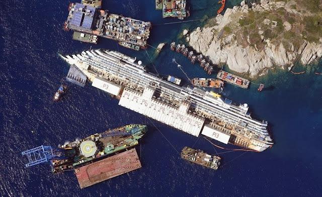 Снятая с самолета фотография затонувшего лайнера Costa Concordia