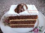 Kakaós rumos szelet recept, három emelet kakaós tésztából álló sütemény, tojásfehérje habbal és csokoládé tallérral a tetején.