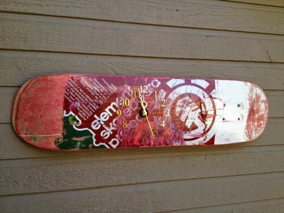 ساعة حائطية مصنوعة من لوح رياضة التزلج