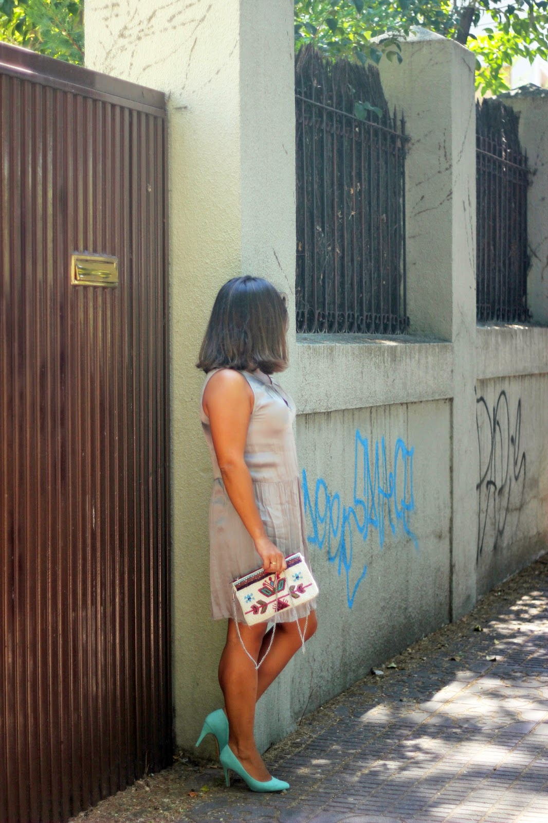 photo-look-street_style-grey_dress-mint_shoes-Mango_pendientes