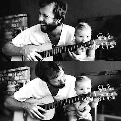 Nie wiem, co tu wrzucić, więc wstawiam dziecko mamlające gitarę :3