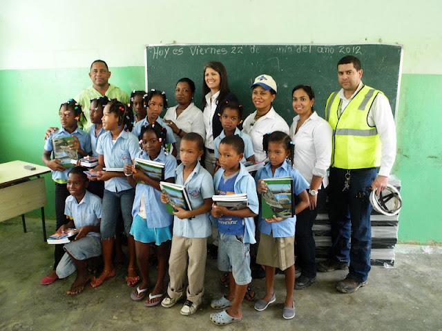Entregan útiles en escuelas de comunidades de San Pedro de Macorís