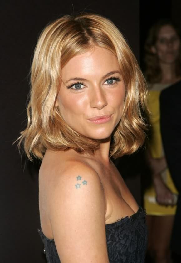 chica famosa con tatuaje de estrellas , el tatuaje es pequeño de varias pequeñas en el hombro