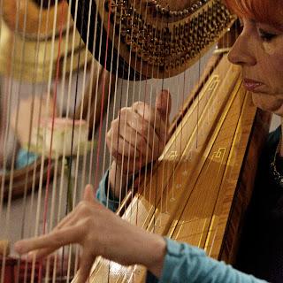 Isabelle Olivier, célèbre harpiste, lors de son concert privé au salon de coiffure à Montpellier Studio 54.