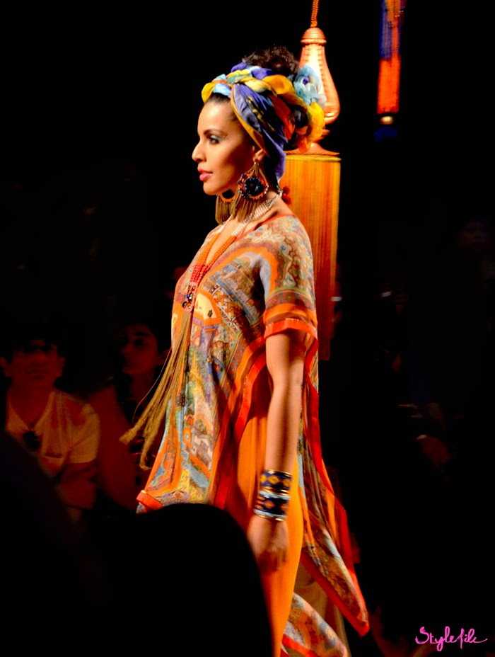 Lakme Fashion Week, LFW, Fashion Week, designer, model, Tarun Tahiliani, Scarf print, turban, scarf, color, bright, jewellery