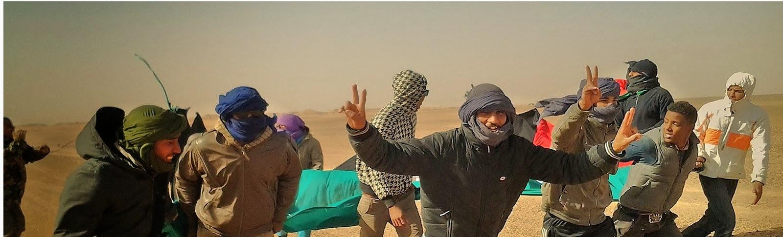 Jóvenes saharauis protestando contra el muro marroquí