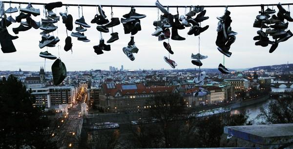 SEJUMLAH kasut tergantung pada wayar elektrik di Taman Letna, Prague semalam.