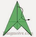 Bước 11: Gấp cạnh bên phải tờ giấy xuống dưới sao cho cạnh gấp xuống ở giữa khe hai lớp giấy.