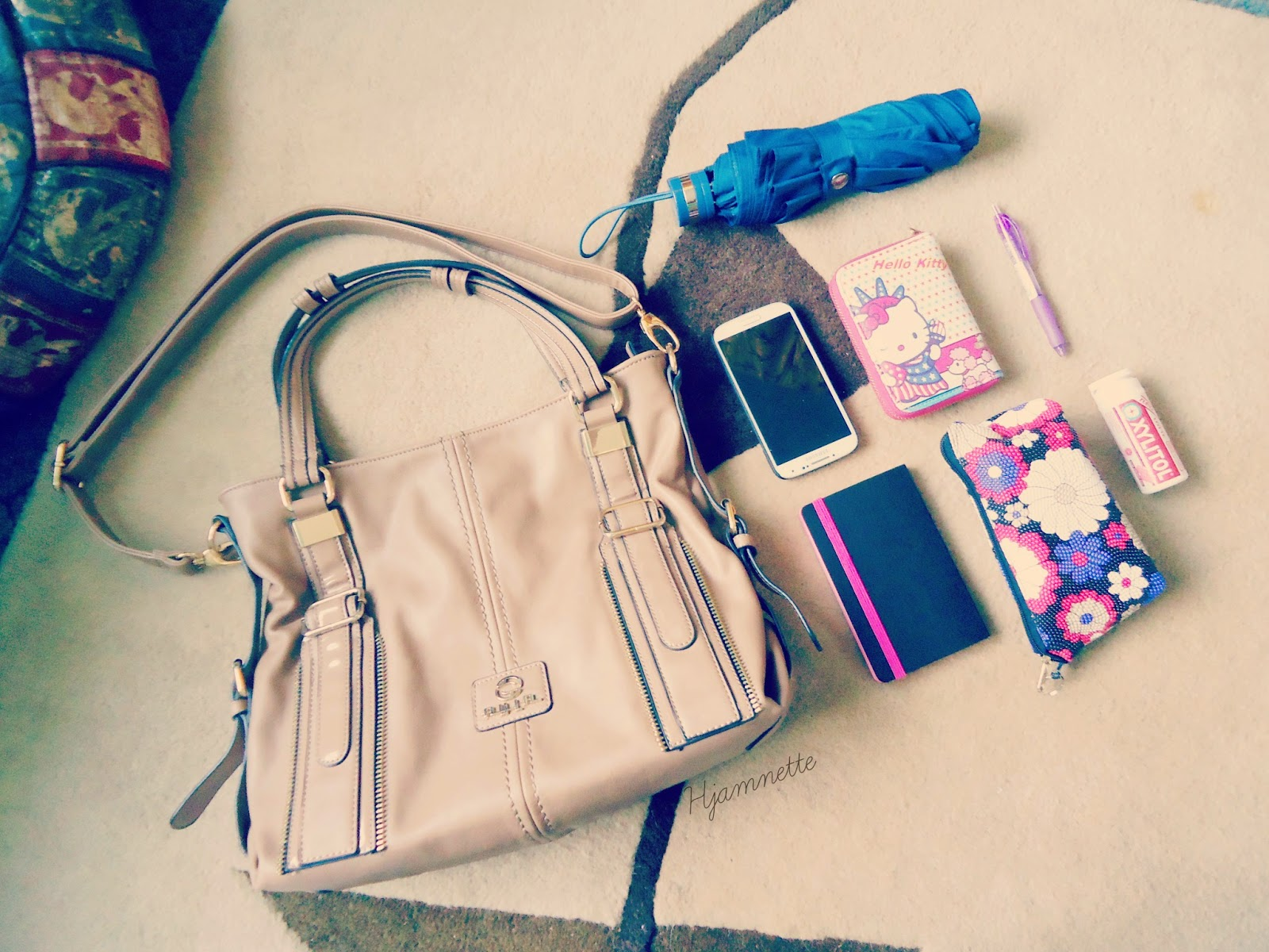 What's inside my bag, umbrella, samsung galaxy s4, wallet, what's in my purse, nude bag, beige bag, hello kitty wallet, hello kitty, beauty, blogger