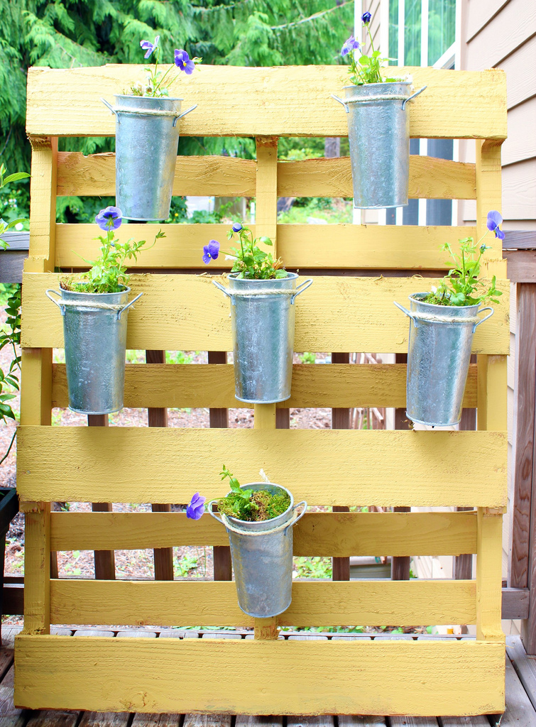 Dishfunctional designs creative ways to use pallets for Palette bois deco jardin