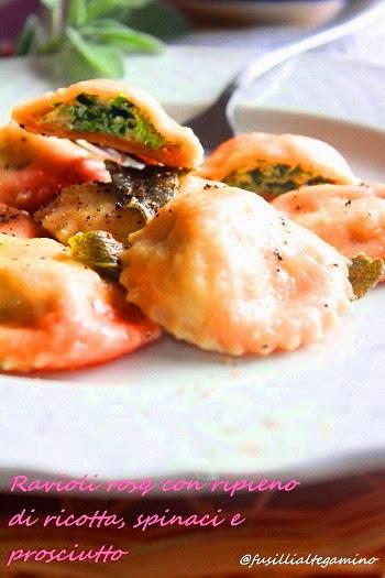 ravioli rosa con ripieno di ricotta, spinaci e prosciutto