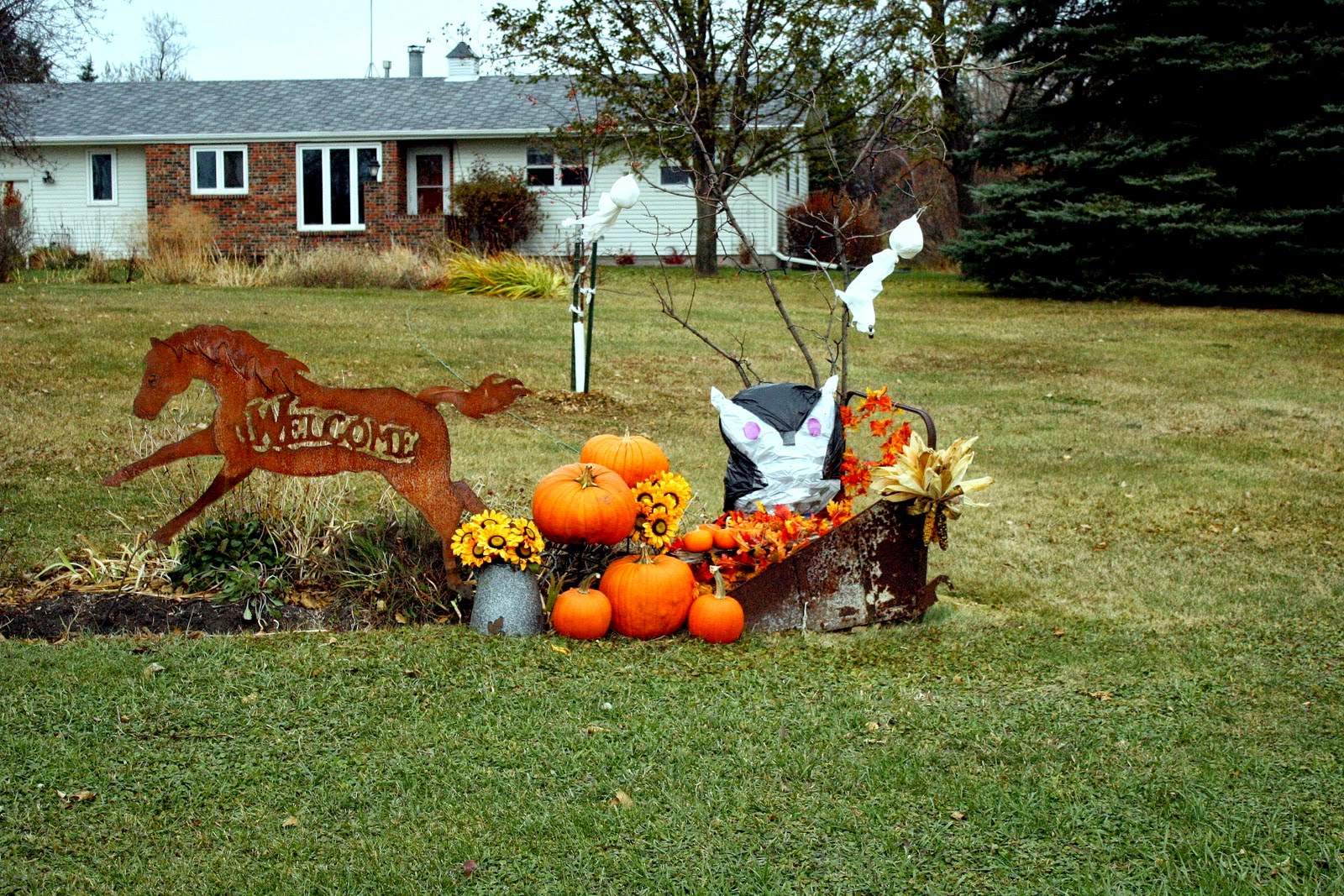 Outdoor fall decorating ideas yard instant knowledge for Pictures of fall decorations for the yard