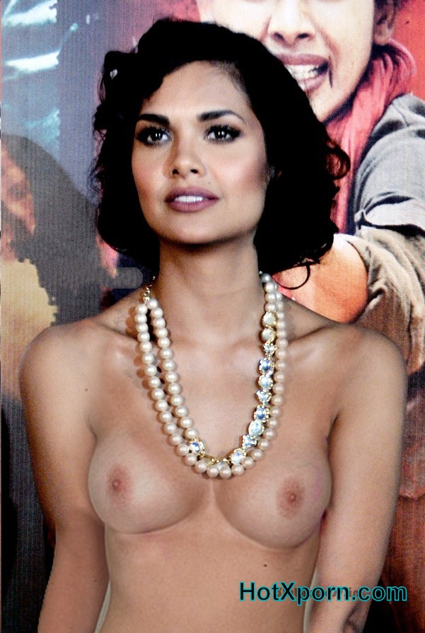 Esha Gupta goes topless exposing her boobs in front of fans