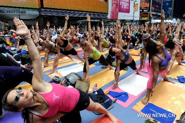 Menyambut Solstis musim panas dengan Yoga