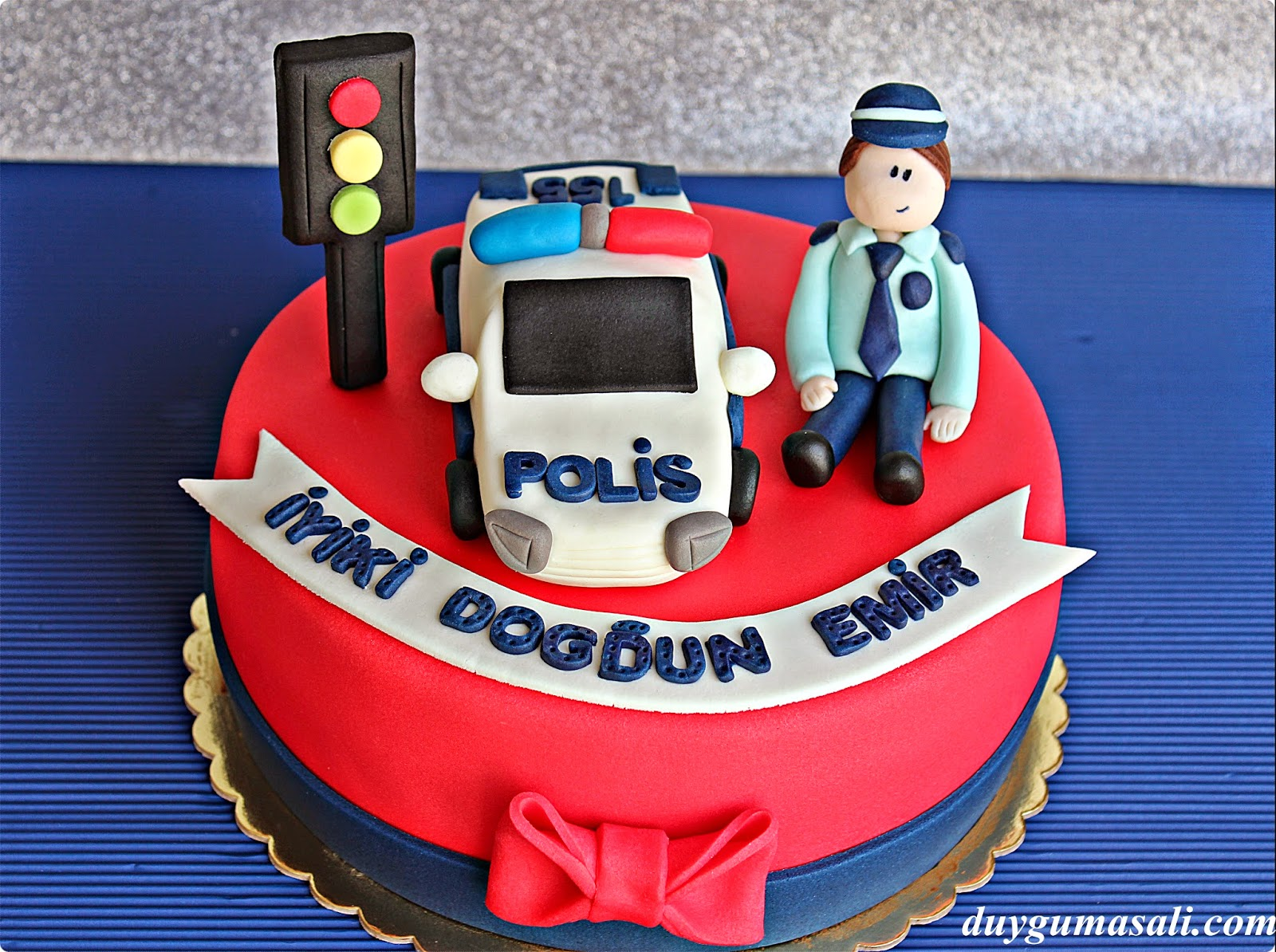 polis temalı butik pasta