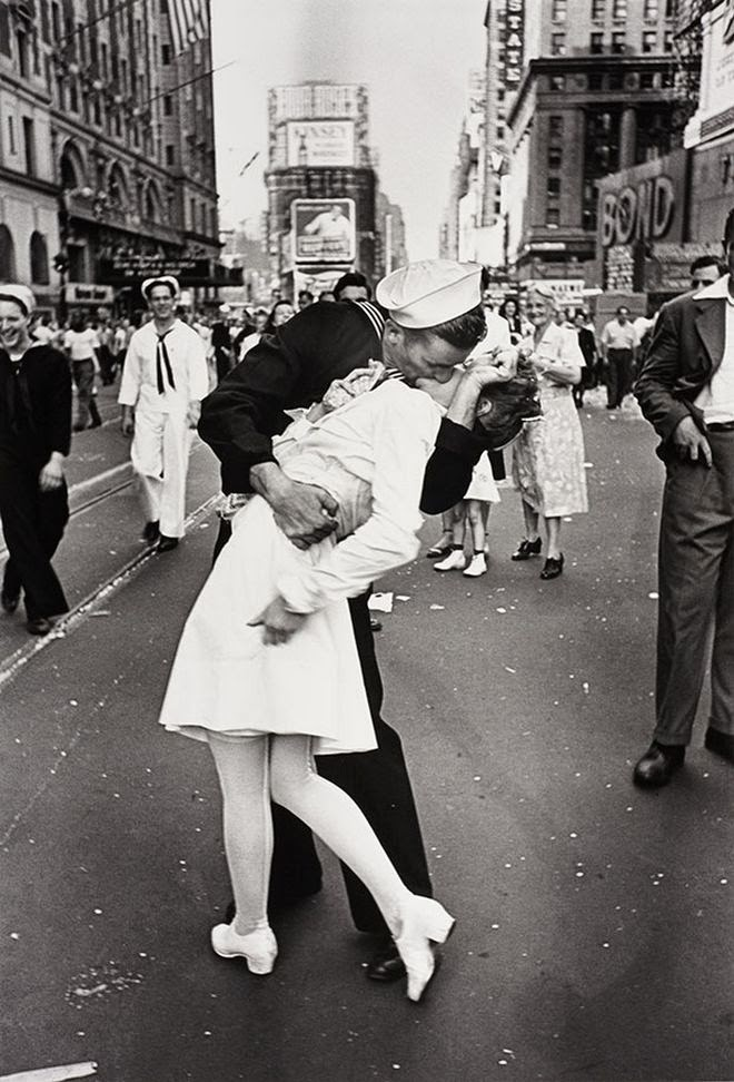 The Story Behind 8 Famous Photographs -Alfred Eisenstaedt - The sailor's kiss, 1945